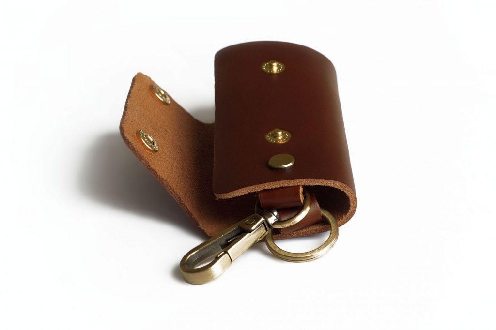 Zastezhka-5-1024x682 Ключницы кожаные, особенности, плюсы, правила применения