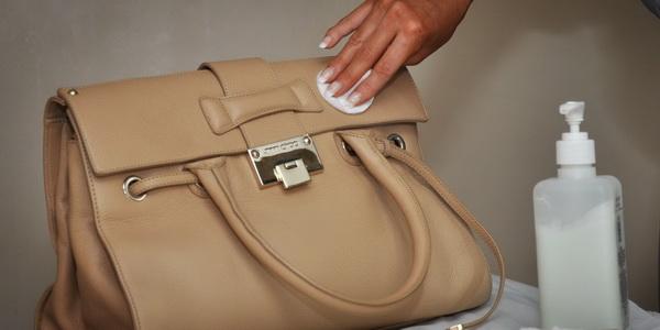 Чистим светлую сумку